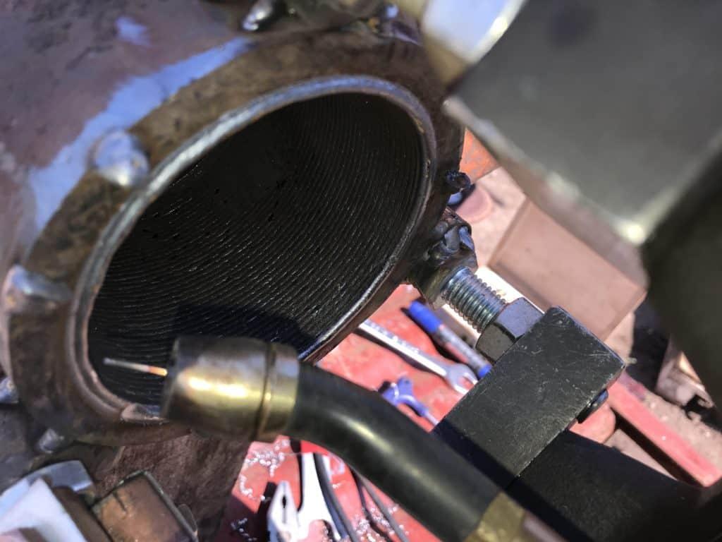 наплавка поверхности отверстия рукояти экскаватора ЭксМаш E130W.  Сварочные швы идеально сопрягаются друг с другом.